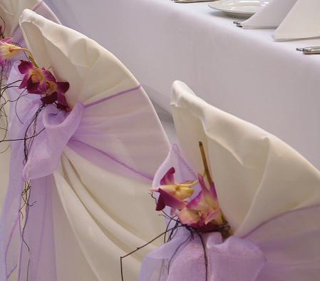 флористическое оформление - цветок на спинку стула